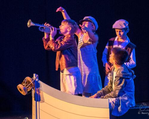 Théâtre, enfants déguisés en marins